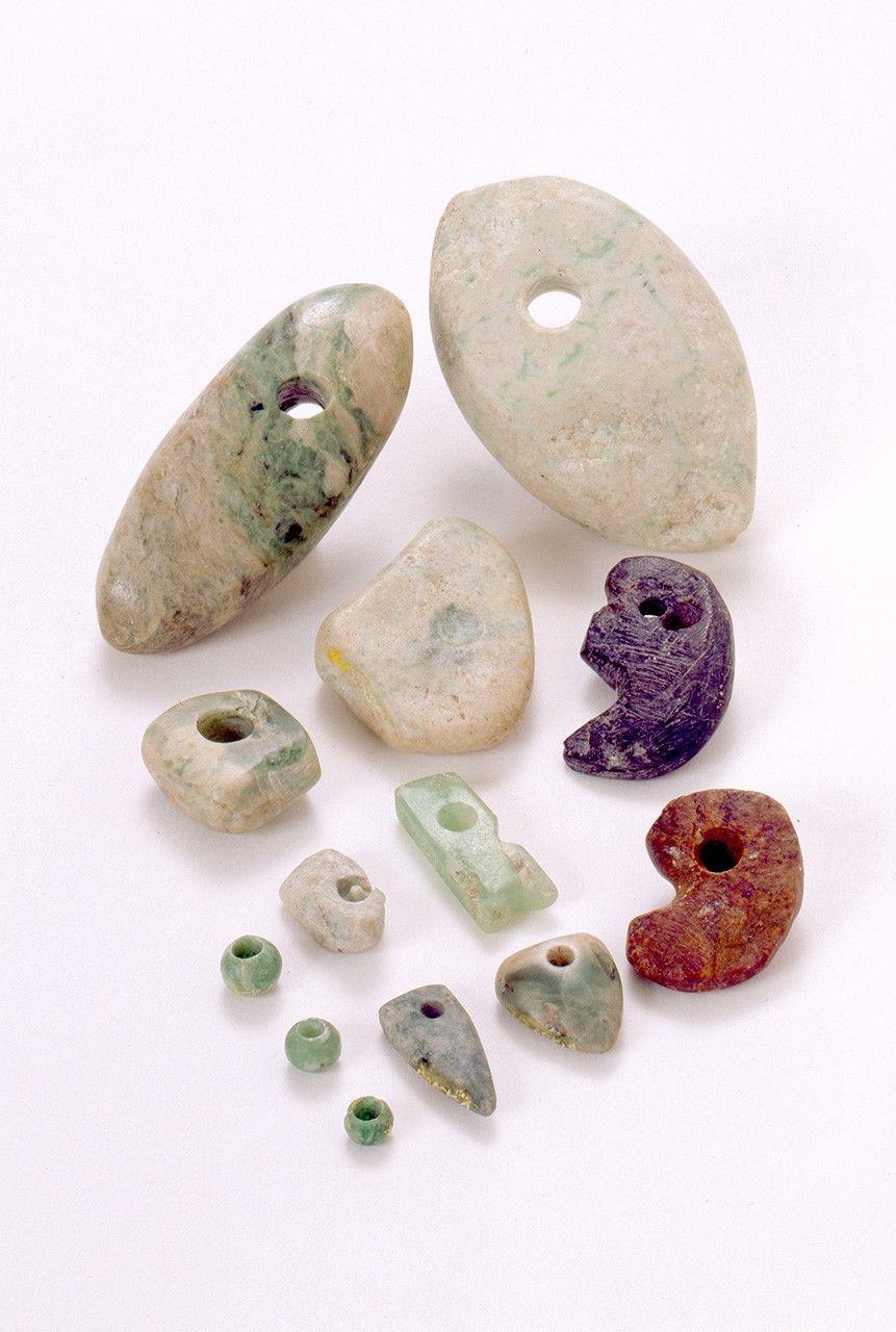 یشم و جواهرات دیگر که از منطقه باستان شناسی ساکای در منطقه تویاما کشف شده اند.